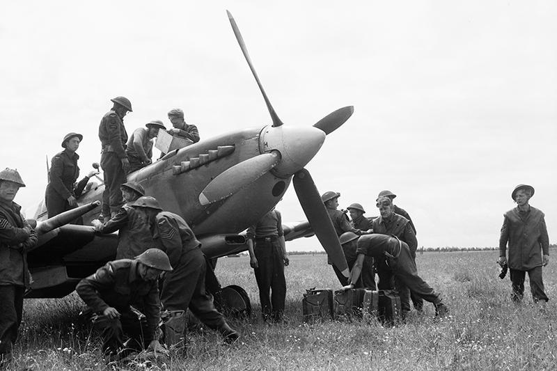 b3-144wing-spits-rearming-10june44